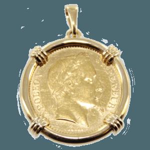 Pièce en or serti dans un médaillon